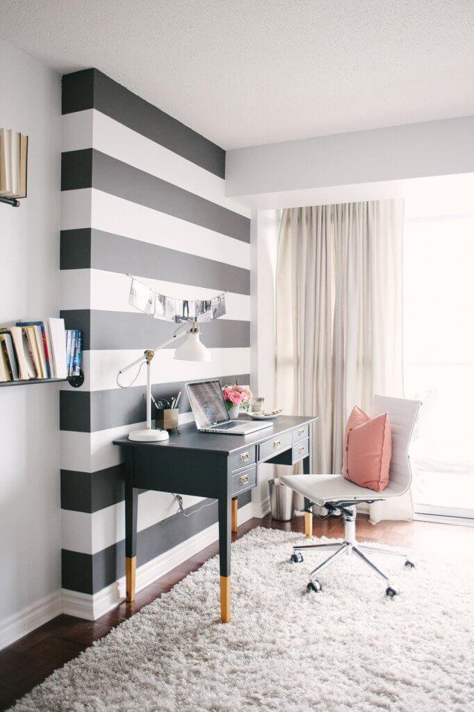 Nếu bạn là người ưa thích họa tiết sọc, đừng ngại kết hợp các sọc ngang đen và trắng sơn trong phòng làm việc.