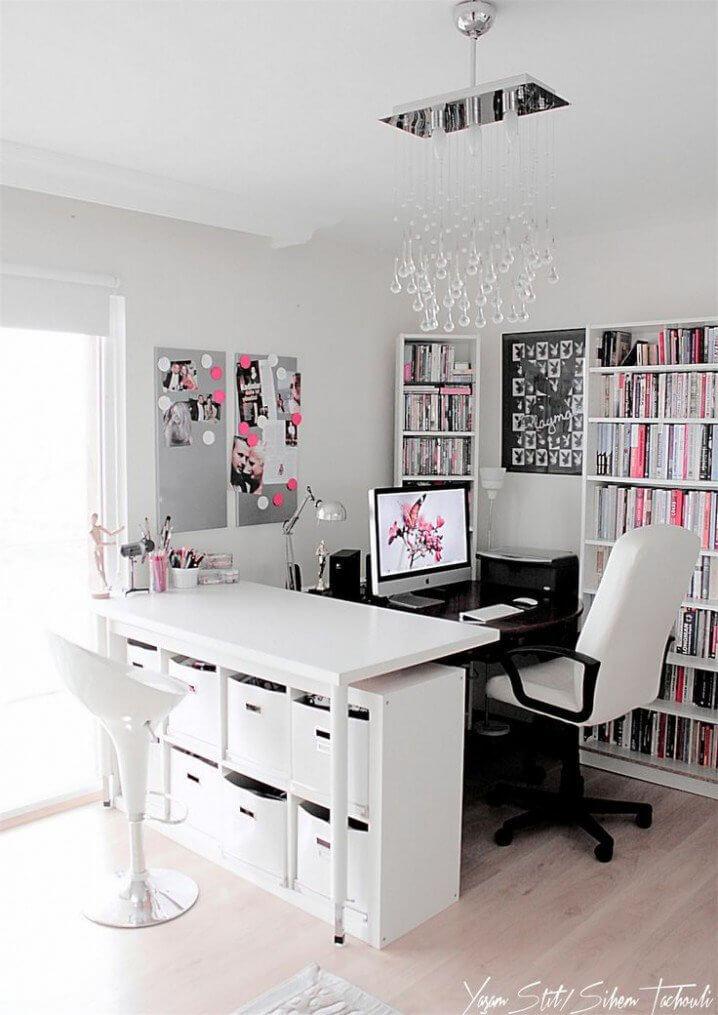 Ngoài màu sơn phòng làm việc đen - trắng hãy điểm thêm những gam màu khác để phòng làm việc thêm sinh động.