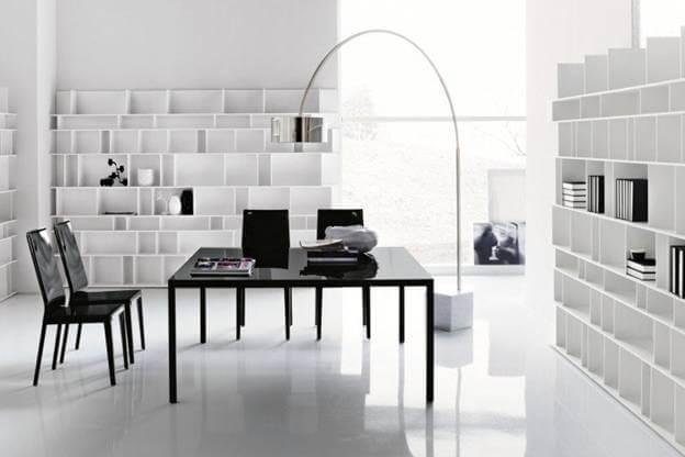 Màu sơn phòng làm việc tông trắng, kết hợp bàn ghế làm việc màu đen nổi bật trên nền nhà, tường phòng màu trắng.