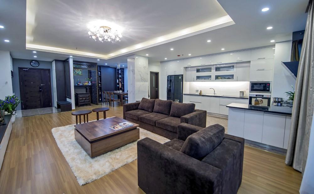 Sau khi sửa chữa cải tạo nhà chung cư, bếp và phòng khách được thiết kế mở theo phong cách đương đại.