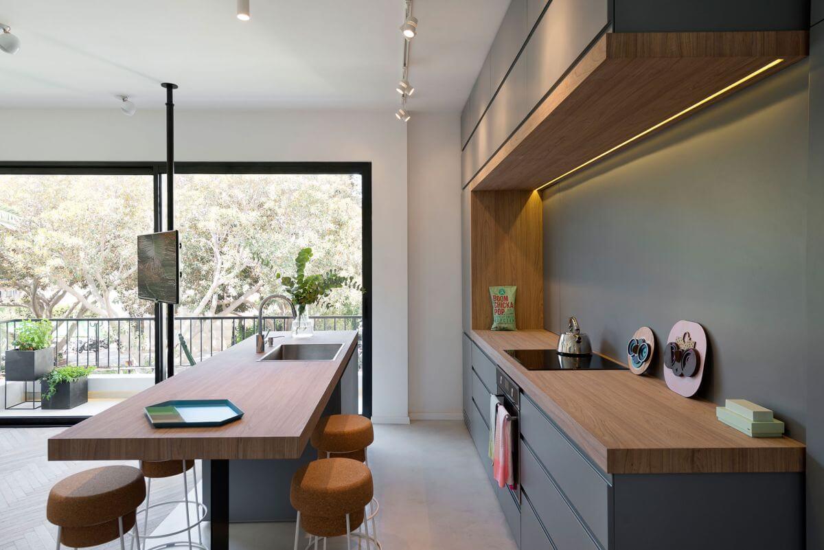 Sau khi sửa nhà, tủ bếp sơn màu xám tương phản với các không gian sinh hoạt khác một cách tinh tế và sang trọng.