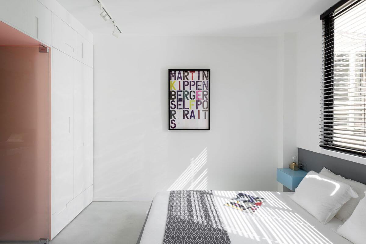 Hai phòng ngủ nhỏ sau sửa nhà với đặc điểm riêng. Một phòng được trang trí tối giản với màu đen và trắng, đầu giường màu xanh và tường nghệ thuật đây màu sắc. Phòng thứ hai tạo cho ta một cảm giác ấm áp với tường gạch và ánh sáng gián tiếp.