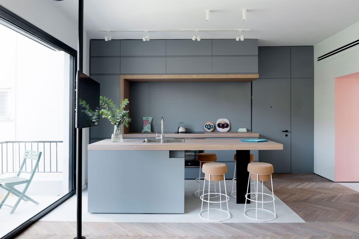 Mặc dù sử dụng đa dạng về màu sơn, vật liệu nhưng nội thất bên trong căn hộ được kết nối trơn tru, tạo ra một cái nhìn thông thoáng mà vẫn duy trì sự gắn kết, sau khi sửa nhà này.