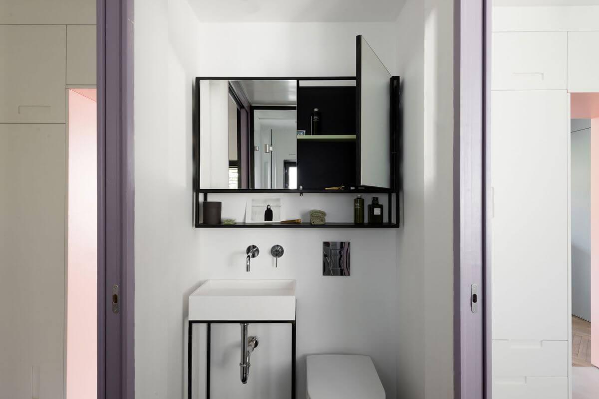 Phòng tắm với thiết kế đơn giản, chỉ bao gồm các yếu tố cơ bản cũng làm cho phòng tắm trở nên sáng hơn và rộng hơn, sau khi sửa nhà này.
