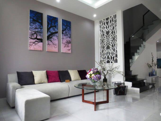 Thiết kế nhà phố 3 tầng, với phòng khách hiện đại, màu sắc trang nhã.