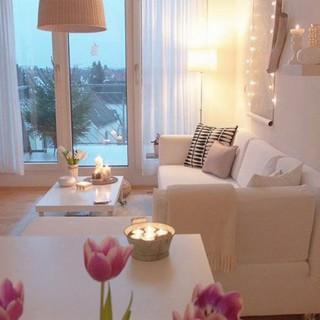 Phòng khách tràn ngập ánh sáng từ mặt tiền, gọn gàng và màu sắc trang nhã, sau cải tạo nhà chung cư.