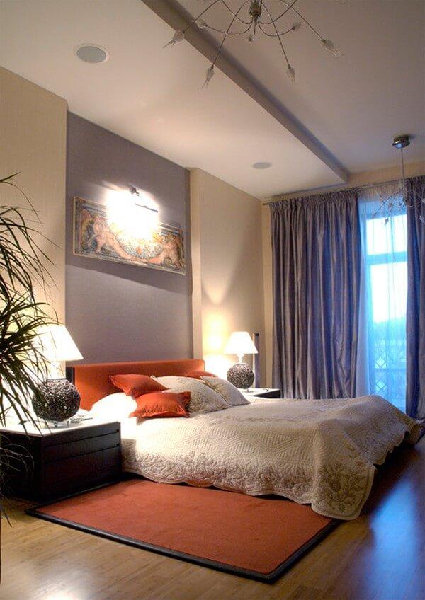 Phòng ngủ bố mẹ với tông màu ấm áp, đồ nội thất đơn giản nhẹ nhàng, tiếp giáp mặt thoáng lớn với ban công xinh xắn, sau cải tạo nhà chung cư này.