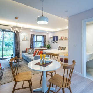 Những yếu tố có sẵn của nhà chung cư như các khung cửa sổ rộng được kết hợp với sơn tường màu trắng, sàn gỗ màu tự nhiên và các chi tiết trang trí màu sắc tạo nên phong cách hiện đại và tươi trẻ.
