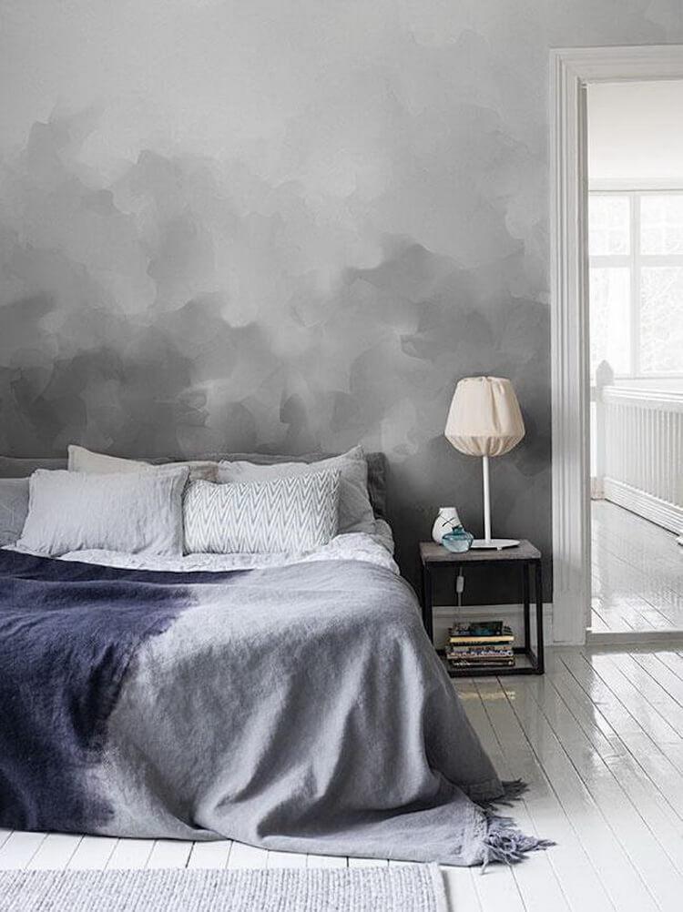 Màu xám được xếp thành các lớp giống như những đám mây thực sự sẽ là ý tưởng tuyệt vời cho những người thích sơn phòng ngủ màu trung tính.