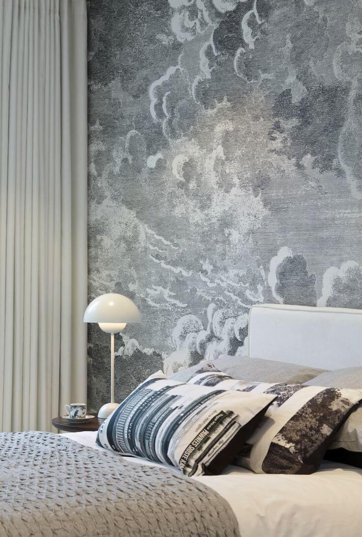 Tường phòng ngủ sơn hình đám mây xám-trắng bồng bềnh uốn lượn không hề gây cảm giác tẻ nhạt và nhàm chán.