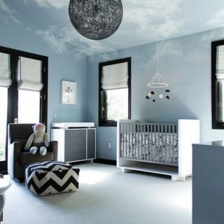 Phòng ngủ sơn những đám mây bay lơ lửng trên trần nhà cho phòng của bé.