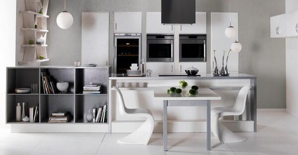 Tủ bếp và bàn ăn có sự thống nhất cao về hình khối và màu sắc, sau khi cải tạo sửa chữa nhà và bố trí nội thất.