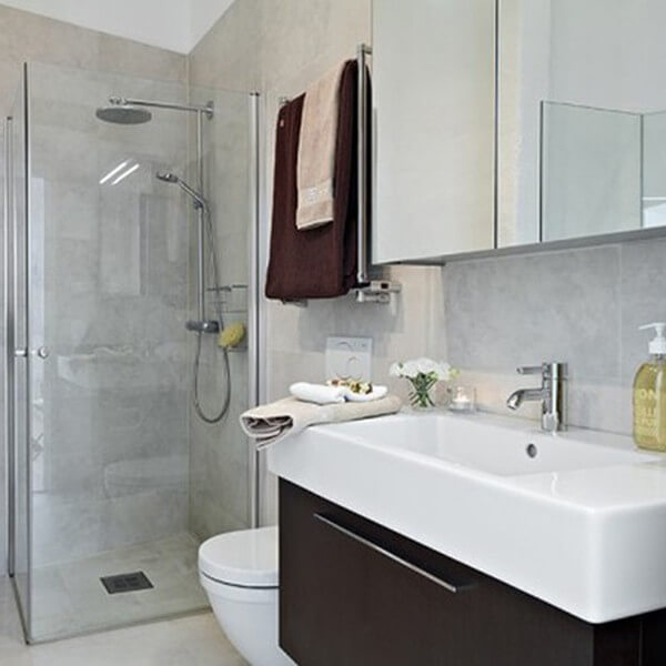 Sửa chữa cải tạo nhà với nhà vệ sinh nhỏ gọn với gam màu sáng.
