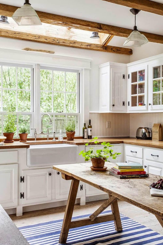Với mẫu thiết kế nhà ống 1 tầng này, phòng bếp tràn ngập ánh sáng với cửa sổ hướng ra bên ngoài.