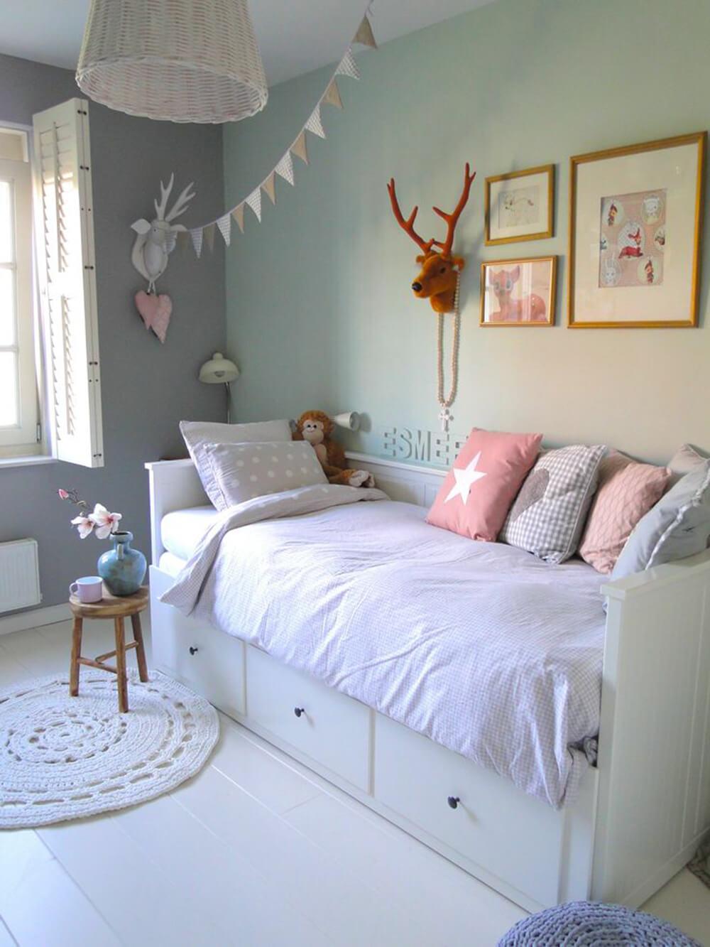 Phòng ngủ bé gái với tone màu nhẹ nhàng, trong thiết kế nhà ống 1 tầng.