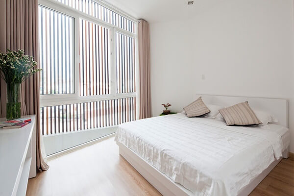 Hai phòng ngủ nằm ở tầng 2 và tầng 3 được thiết kế lấy trọn ánh sáng thiên nhiên, rất thoáng đãng với thiết kế nhà này.
