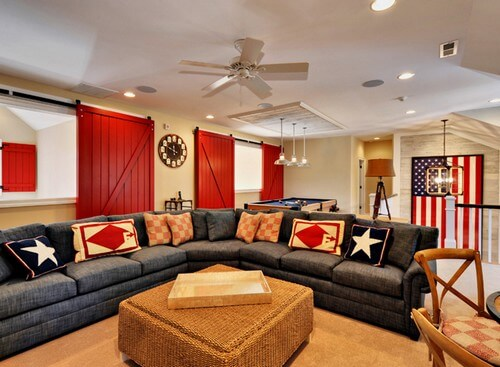 Cánh cửa gỗ sơn đỏ trở thành điểm nhấn bắt mắt trong mẫu thiết kế nội thất phòng khách này.
