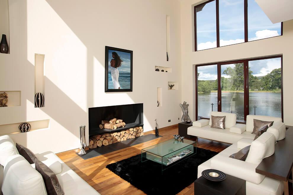 Phòng khách toàn màu trắng, thêm chiếc bếp sưởi màu đen sẽ tạo chiều sâu cho không gian phòng khách nhà bạn.