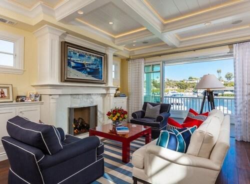Thiết kế nội thất phòng khách tươi mới với gam màu xanh nhiều cấp độ kết hợp cùng màu trắng và đỏ hợp lý.