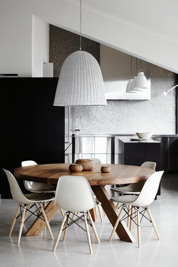 Bộ bàn ăn thiết kế theo phong cách hiện đại, trong ngôi nhà cấp 4 này.