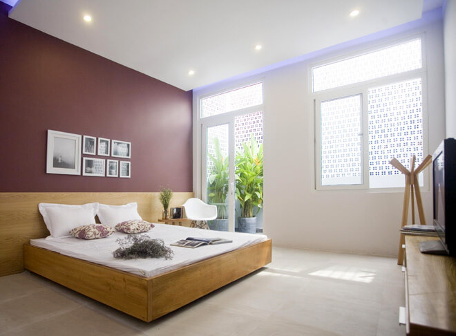 Không gian phòng ngủ đơn giản, chan hòa nắng và gió, sau sửa chữa cải tạo nhà phố này.