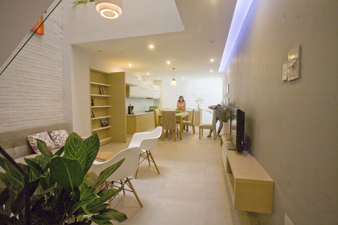 Toàn bộ không gian sống sửa chữa cải tạo nhà phố bắt đầu từ tầng hai với không gian mở hoàn toàn giữa bếp - phòng ăn - phòng khách.