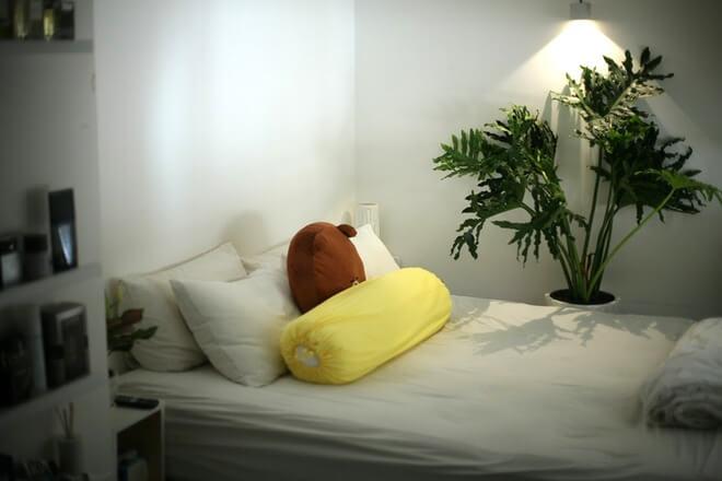Chỗ ngủ cũng nhỏ xinh và ấm cúng, trong mẫu căn hộ đẹp.
