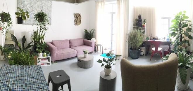 Phòng khách trong mẫu căn hộ đẹp này toàn cây là cây mang lại một không gian không thể xanh hơn. Gam màu nội thất trong nhà cũng rất nhẹ mang đến cho người khác cảm giác dễ chịu.