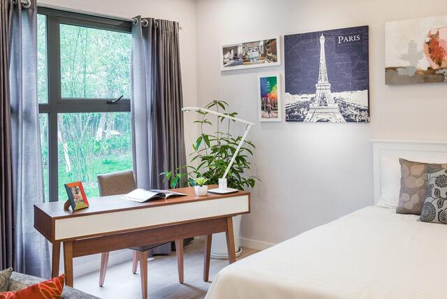 Phòng khách và phòng ngủ đều có cửa đón ánh sáng khiến nhà chung cư lúc nào cũng thoáng đãng và ngập tràn ánh nắng tự nhiên.