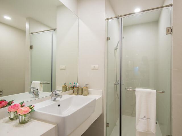 Phòng tắm được thiết kế nhỏ xinh song vẫn đầy đủ tiện ích, trong nhà chung cư 42m2 này.