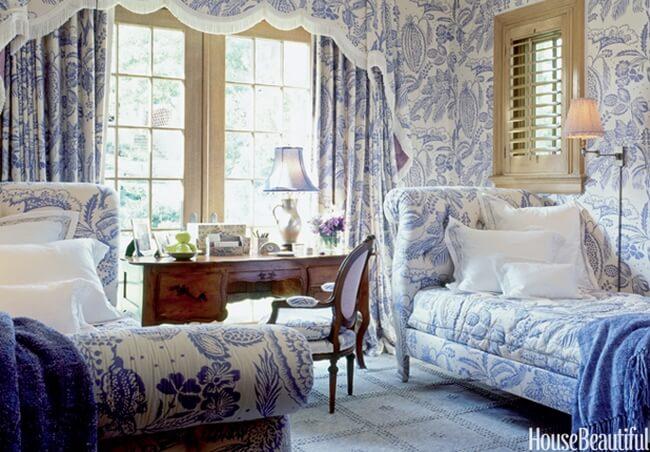 thiết kế nội thất nhà đẹp với họa tiết xanh dày đặc như thế này, chủ nhà khéo léo lựa chọn nội thất mang họa tiết và màu sắc giống nhau, hạn chế tất cả các màu sắc khác ngoài trừ chiếc bàn gỗ nâu trầm làm điểm nhấn.