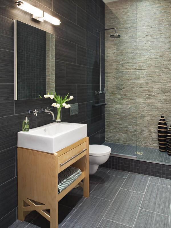 Nhà vệ sinh nhỏ gọn ngăn nắp với phong cách hiện đại, trong mẫu thiết kế nội thất nhà cấp 4 này.