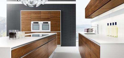 Màu trắng tinh khiết kết hợp cùng màu nâu của đồ gỗ tạo nên sự sang trọng mà tinh tế, trong mẫu nhà bếp này.