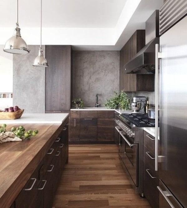 Đồ gỗ kết hợp với những món đồ nội thất vỏ inox hay thép không gỉ sẽ giúp bớt đi sự lạnh lẽo của chất liệu này và khiến nhà bếp ấm cúng hơn.