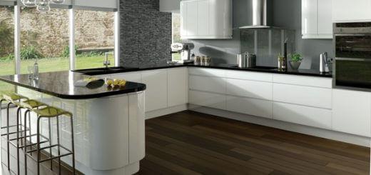 Phòng bếp dịu mát với sơn tường mầu xám kết hợp nội thất đen trắng đẹp mắt