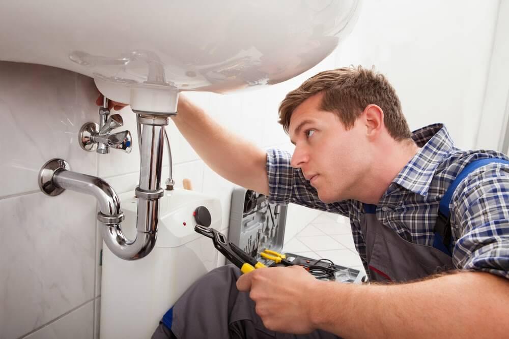 Kết quả hình ảnh cho thợ sửa điện nước gõ cửa