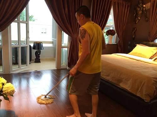 anh thường tự mình dọn dẹp nhà cửa