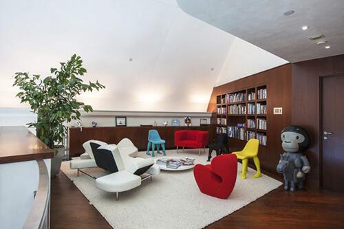 Phòng đọc sách được trang bị nội thất độc đáo