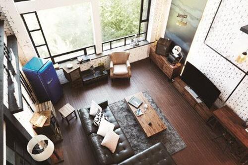 Phòng khách cổ điển với đồ nội thất giản dị và tối màu