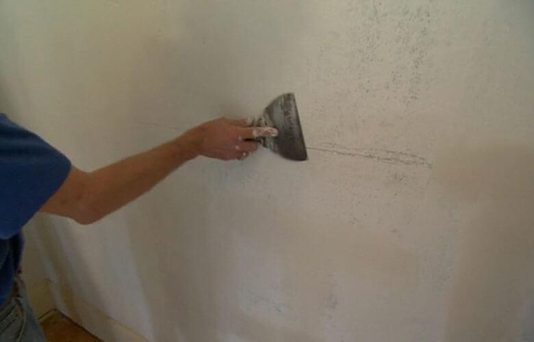 Bả mastic tạo phẳng bề mặt rồi sơn lại phần tường nhà bị nứt