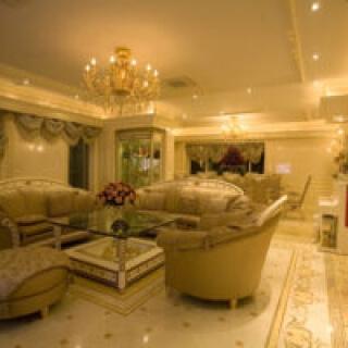 Không gian nhà trở nên lung linh và dịu nhẹ khi sơn màu vàng đồng