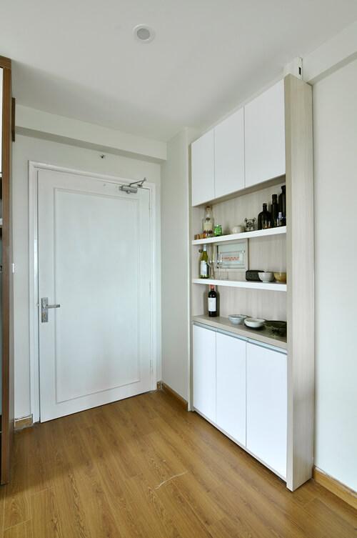 Trang trí chung cư đẹp mắt với tủ để giày kiêm kệ trang trí